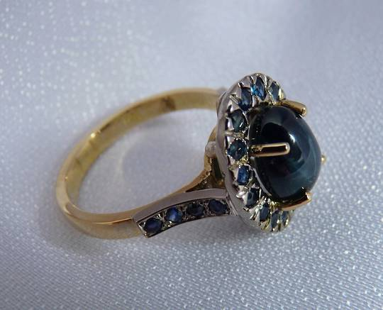 Modern star sapphire cluster ring - 18ct yellow gold