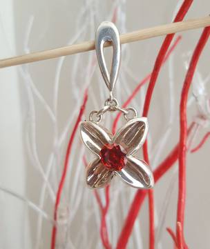 Sterling silver flower pendant with garnet