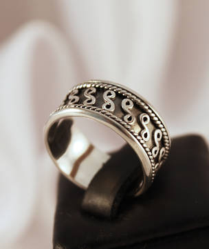 Silver ring with detailed band