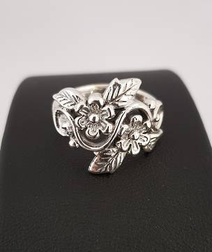 Sterling silver ring with flowers and leaves in band