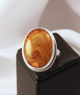 Rich mustard and brown tones in this sterling silver agate ring