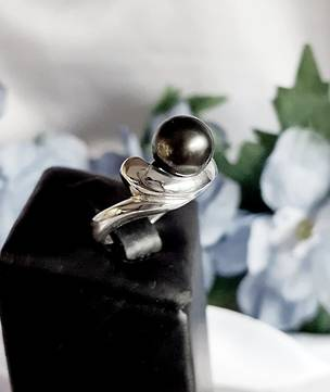 Made in NZ, black Tahitian pearl ring