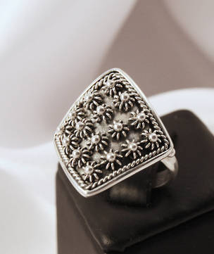 Sterling silver ring with flowered pattern
